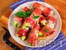 Рецепта Кето предястие от ролца с прошуто, пълнени с авокадо, сирене рикота и босилек
